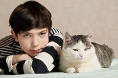 Jongen met katten dichte omhooggaande foto stock fotografie