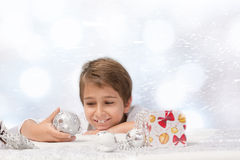 jongen met Kerstmisdecoratie Royalty-vrije Stock Afbeelding
