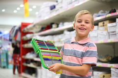 Jongen met kleurenpotloden in winkel Stock Fotografie