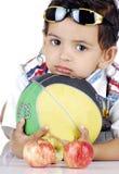 Jongen met kleurrijke voorwerpen Stock Fotografie