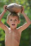 Jongen met kokosnoot stock afbeelding