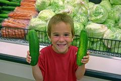 Jongen met Komkommers Royalty-vrije Stock Fotografie
