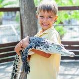 Jongen met krokodil stock fotografie