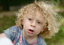 Jongen met krullend blond haar, buiten Royalty-vrije Stock Afbeeldingen