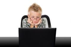 jongen met laptop Stock Foto's