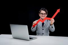 Jongen met laptop en pijl op het werk Stock Afbeelding