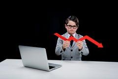 Jongen met laptop en pijl op het werk Royalty-vrije Stock Fotografie