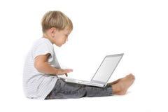 Jongen met laptop over wit Stock Foto's