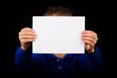 Jongen met leeg wit teken royalty-vrije stock fotografie