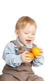 Jongen met mandarijnen Stock Fotografie