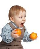 Jongen met mandarijnen in handen Royalty-vrije Stock Foto's