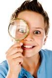 Jongen met meer magnifier Stock Fotografie