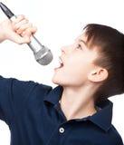 Jongen met microfoon het zingen Stock Foto