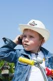 Jongen met mobiele telefoon. Stock Foto