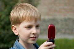 Jongen met mobiele telefoon. Stock Foto's