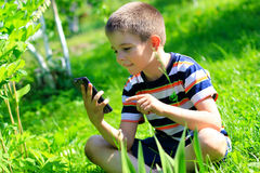 Jongen met Mobiele Telefoon Stock Foto's