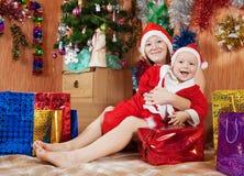 Jongen met moeder het vieren Kerstmis Stock Foto's