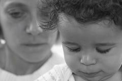 Jongen met moeder op achtergrond Royalty-vrije Stock Foto's