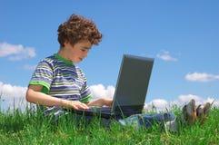 Jongen met notitieboekje Stock Afbeelding