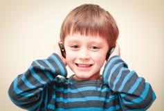 Jongen met oortelefoons stock foto