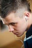 Jongen met oortelefoons Stock Afbeelding