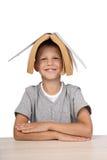 Jongen met open boek op hoofd Stock Fotografie