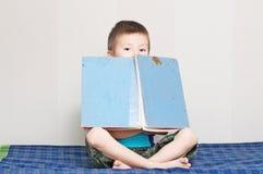 Jongen met oud uitstekend sprookjeboek Royalty-vrije Stock Foto's