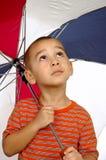 Jongen met oude paraplu 5 jaar stock afbeelding