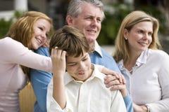 Jongen met ouders en zuster stock foto