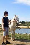 Jongen met paard stock fotografie