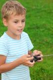 Jongen met paneel voor radiocontrole in handen stock afbeelding