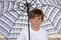 Jongen met paraplu Stock Afbeeldingen