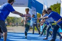 Jongen met poeder bij Kleurenlooppas wordt bespoten Boekarest dat Royalty-vrije Stock Afbeeldingen