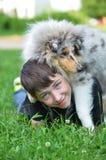 Jongen met puppy stock fotografie