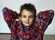 Jongen met rode plaid Stock Foto