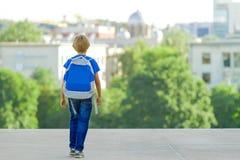Jongen met rugzak op stadsstraat Terug naar school, onderwijs, mensen, reis, vrije tijdsconcept Stock Foto