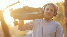 Jongen met skateboard stock video