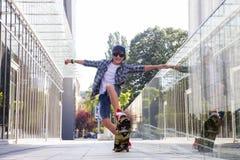 Jongen met skateboard stock foto's