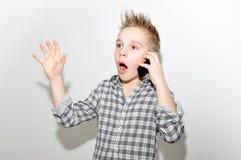 Jongen met smartphone stock fotografie
