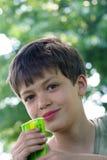 Jongen met snack stock foto's