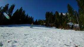 Jongen met snowboard stock video