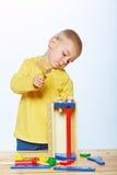 Jongen met stuk speelgoed hamer Stock Foto