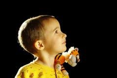 Jongen met stuk speelgoed tijger op de schouder Stock Afbeelding