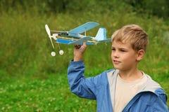 Jongen met stuk speelgoed vliegtuig in handen Stock Foto