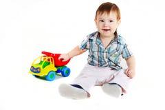 Jongen met stuk speelgoed vrachtwagen Stock Foto