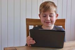 Jongen met tablet Royalty-vrije Stock Afbeeldingen