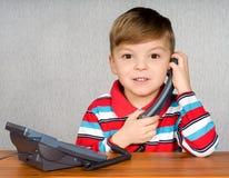 Jongen met telefoon royalty-vrije stock afbeelding