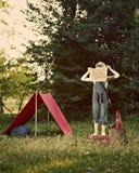 Jongen met tent in weide Royalty-vrije Stock Foto