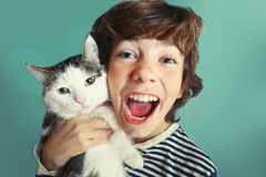 Jongen met tom foto van de katten de dichte omhooggaande knuffel royalty-vrije stock afbeelding
