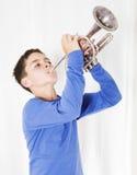Jongen met trompet royalty-vrije stock fotografie